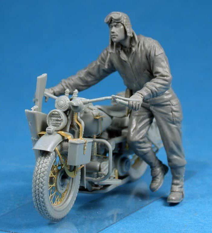 โมเดลทหารเข็นมอเตอร์ไซค์ U.S. SOLDIER PUSHING MOTORCYCLE 1/35