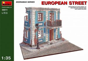 This kit contains 138 parts of a diorama base and ruined building.